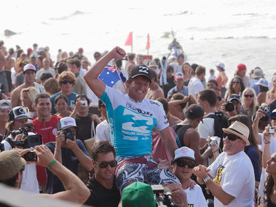 ASP/CI via Getty Images | Taj Burrow lässt sich von den Massen feiern