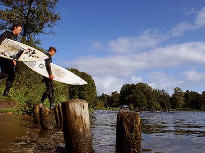 Wellenreiter paddeln auf dem Hamburger Stadtparksee
