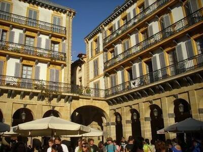 Pukas Store in der Altstadt | Rechts davon die beste Muschelbar der Stadt