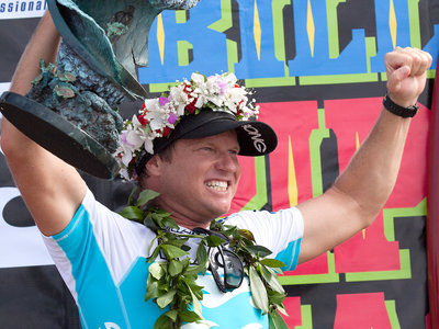 ASP/CI via Getty Images | Taj Burrow mit Siegertrophäe beim Billabong Pipe Masters 2009