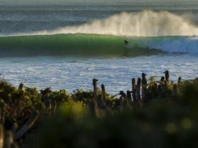 Credits: O'Neill/ Bonnarme Aquashot | Sam Lamiroy lange Barrel in perfekter Welle