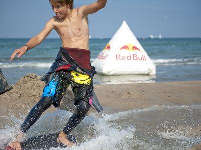 Julius Kurth rutscht beim ersten Red Bull Style'´n´'Slide gekonnt auf den ersten Platz