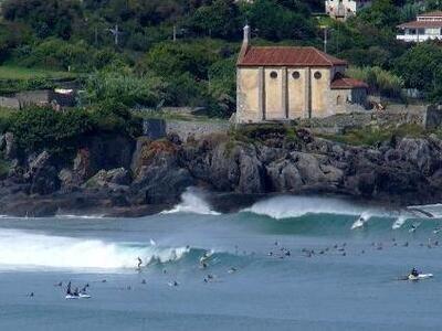 ©Adolfo pixelio.de | Wellenreiten im Baskenland | Mundaka an einem guten Tag