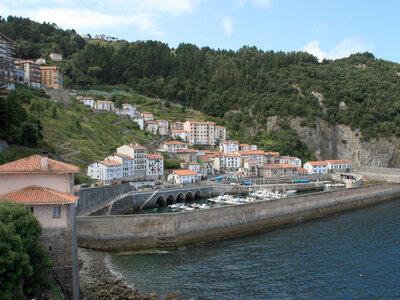 Wellenreiten im Baskenland | Kleines Fischerdorf direkt an der Küste