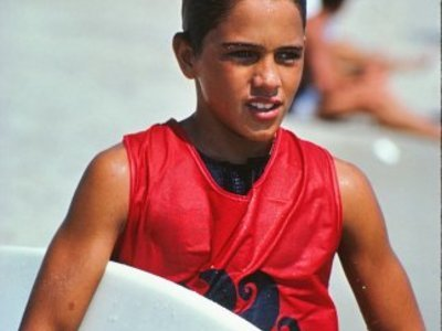 Credit:© Tom Dugan Quiksilver | Das Jahrhundert Talent Kelly Slater am Strand 1984