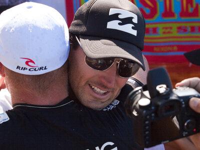 ASP/CI via Getty Images | Joel Parkinson gratuliert seinem Freund zum gewonnenen Weltmeistertitel der ASP (Association of Surfing Professionals)