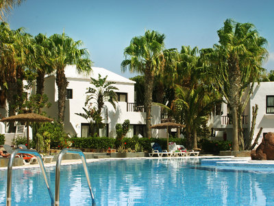 Otro Modo Surf School & Camp Fuerteventura | swimming pool of the bungalows in Costa Calma