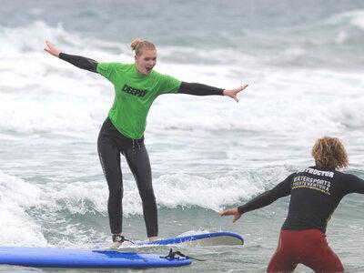 Volle Unterstützung durch deinen Surflehrer, hier in La Pared, Fuerteventura