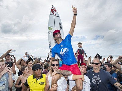 Credit: © WSL / Cestari | Owen Wright (AUS) celebrates winning the Quiksilver Pro Gold Cast as he is chaired up the beach by brother Mikey and sister Tyler