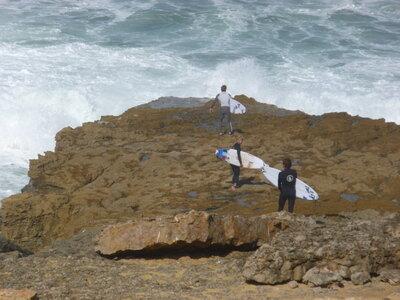 Die besten Surfspots in Europa zum Wellenreiten | Einstieg über die Felsen | Portugals beste Welle Coxos in Ericeira