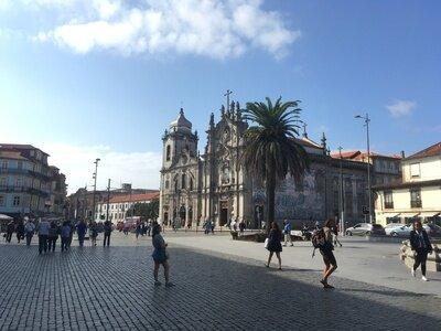 Wellenreiten im Norden von Portugal | Das historische Zentrum gehört zum UNESCO-Weltkulturerbe