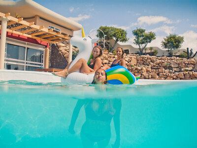 Einhörner und Meerjungfrauen im großen Swimming Pool